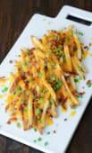 Patatas Fritas Con Salsa Cheddar Y Crispy Bacon