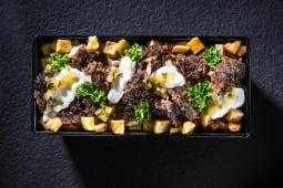Kebun de vită cu cartofi, maioneză, castraveți murați și pătrunjel