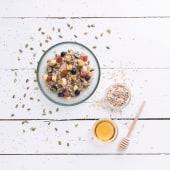 Porridge con membrillo, plátano, arándanos y pipas de calabaza