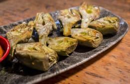 Alcachofas confitadas en aceite de oliva y romescu