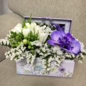 Aranjament floral elegant cu frezii in cutie