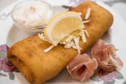 Pohana palačinka - pršut, mozzarella, tartar, limun