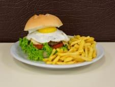 Hamburguesa criolla con papas fritas (ud.)