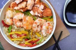 Wok de arroz, salmón y langostinos