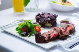 New york strip steak cu cartofi prajiti si salata verde