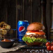 Бургер з телятиною і ананасом гриль, картопля, соус BBQ, Pepsi