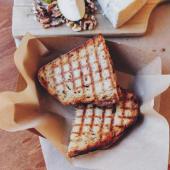 Bikini de gorgonzola peras caramelizadas nueces tostadas