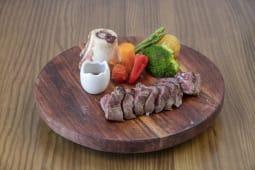 Tataki de vaca marinado al tomillo y romero