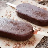 Bombón helado de nata y chocolate artesanal