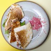 Beef quesadilla cu mozzarella și spicy mayo