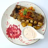 Coaste de porc la cuptor cu sos barbeque și pesto de ardei copt