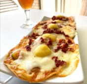 Nachos caseros con pisto thai, mozzarella, chorizo ahumado