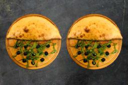 Піца Кальцоне з томатами