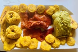 Piqueo Makisapa (juane, cecina, chorizo, tacacho y patacones)