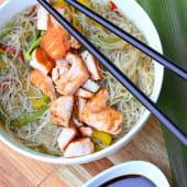 Wok de fideos de arroz con pollo