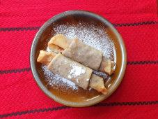 Clătite cu brânză de vaci, smântână şi stafide