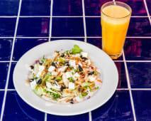 Menu salada + sumo multifrutas natural
