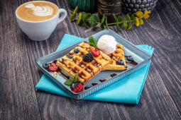 Бельгийские вафли с мороженым и ягодами