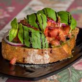 Bruschetta de tomate fresco marinado