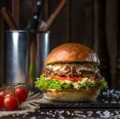 Бургер з томленою телятиною