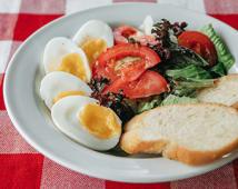 Яйця із зеленим салатом і хрусткими грінками (240/40г)