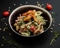 Зеленый салат с хрустящей курицей и заправкой карри