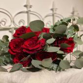 Ramo mediano de 7 rosas y eucalipto