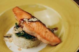 Стейк із лосося з запеченим рисом і шпинатом (210г)