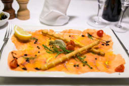 Tartara di salmone e asparagi