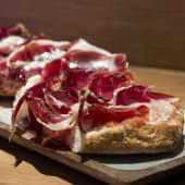 Jamón ibérico 100% bellota D.O. Guijuelo con pan de cristal con tomate