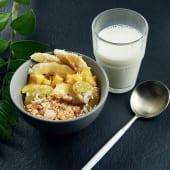 Гранола з фруктами та грецьким йогуртом