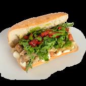 Sandwich cu porc slow cooked, rucola, pesto și dressing aceto balsamic