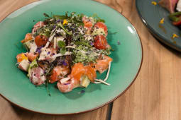 Салат с малосольным лососем (300 гр.)