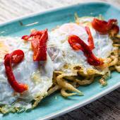Huevos del corral con chanquetes y pimientos rojos asados