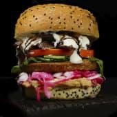 Hamburguesa mixta carne de shawarma y falafel vegetariano