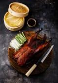 Medio pato Pekín con obleas, cebolla, pepino y salsa hoisin