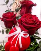 Ramo de tres rosas con un corazón romántico