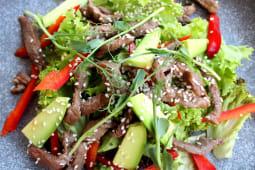 Салат c обсмаженою телятиною та кунжутом (230г)