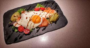 Salada de Abacate Salmão e Ovo