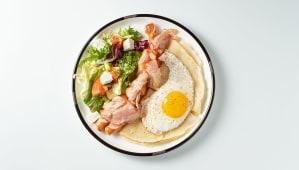 Яєчня з віденськими ковбасками та беконом (300г)