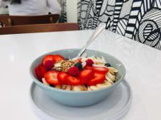 Iogurte, Fruta Da Época, Granola Caseira e Mel