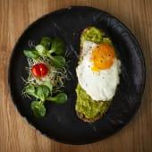 Jaje na oko s avokado namazom