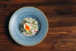 Весняний салат з м'яким яйцем (250г)
