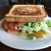 Sándwich vegetariano mixto y huevo frito