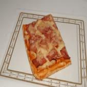 Pizza de tomate, mozzarella, jamón york y bacon