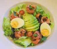 Salada Fresca de Salmão Fumado, com Sementes de Sésamo e Pêra Abacate