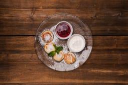 Сирники зі сметаною і ягідним соусом (140/60г)