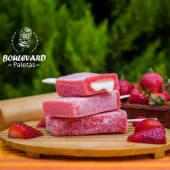 Paleta de fresa con relleno de leche condensada