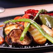 Parrillada de verduras con salsa romesco y queso de cabra gratinado