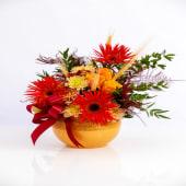 Aranjament orange cu trandafiri și gerbera în vas de ceramica galben